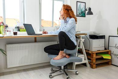 Zdrowe siedzenie na krześle ortopedycznym przy biurku